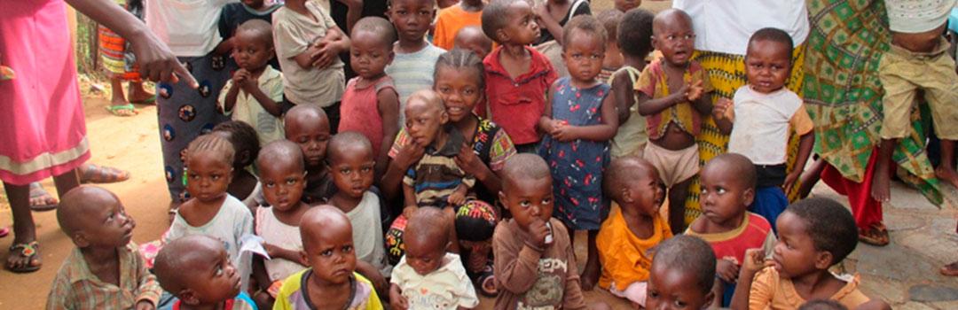 muchos niños pequeños en proyecto de nutrición infantil
