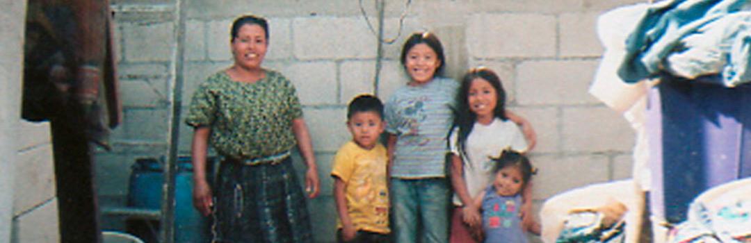 Familia atendida por proyecto solidario en Guatemala