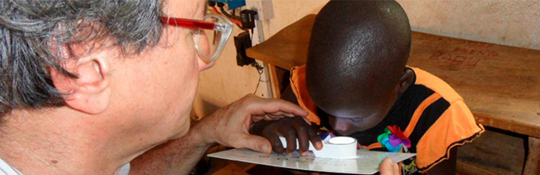 niño evaluando su vista en proyecto de salud infantil en Turkana, Kenia