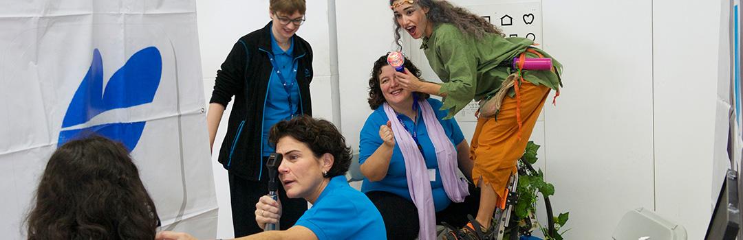doctora revisión oftalmológica luchando contra el riesgo de exclusión social