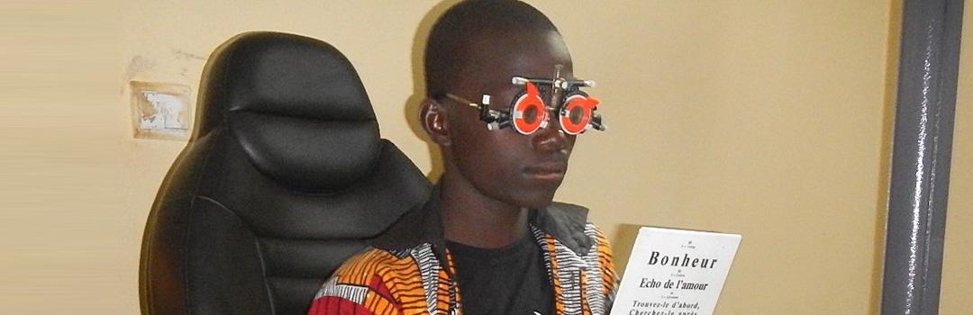 niño haciendo prueba oftalmológica derecho a la salud