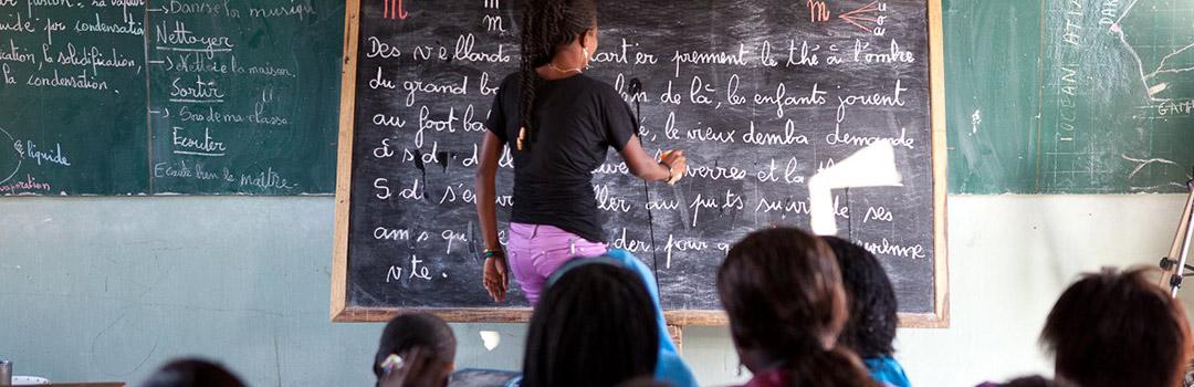 profesora dando clases a niños derecho a la infancia