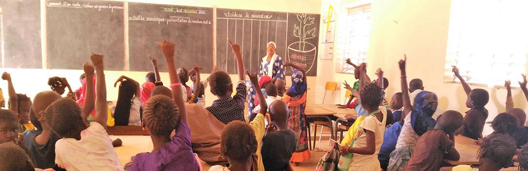 niños en aula recibiendo ayuda escolar