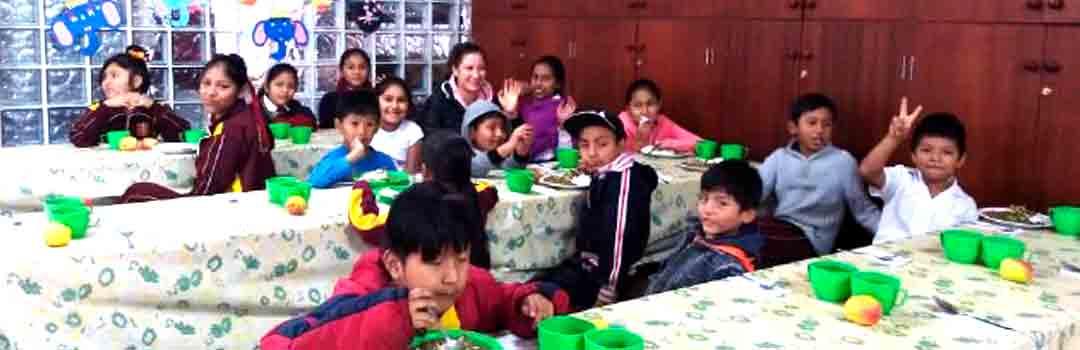 Alimentación infantil. Niños comiendo en comedor social lima