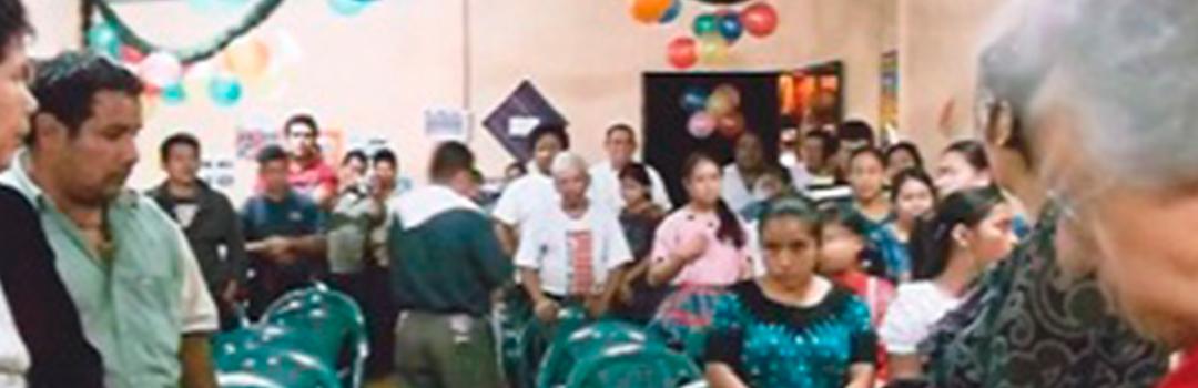 personas en fiesta de proyecto de ayuda social en Guatemala