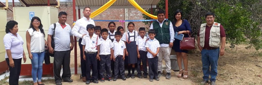Niños y profesores en escuela infantil