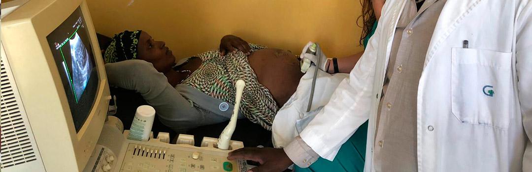 mujer y doctora en ecografía en hospital infantil