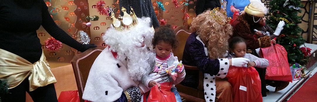 reyes magos dando regalos a niños para su integración social