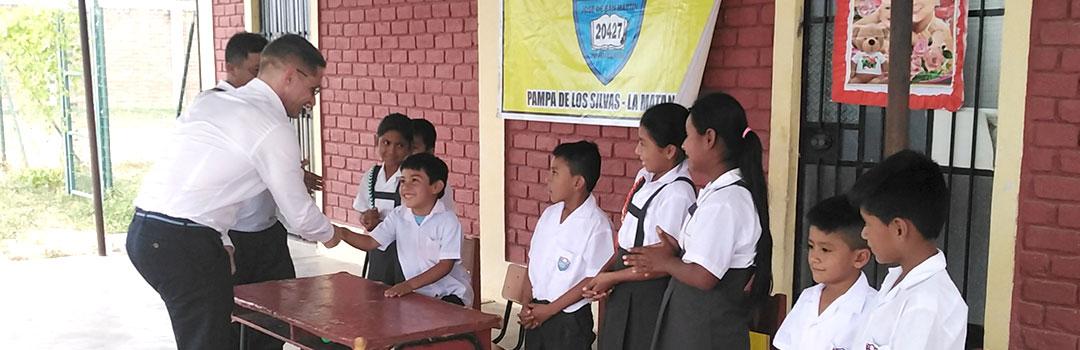 niños y profesor en escuelas infantiles