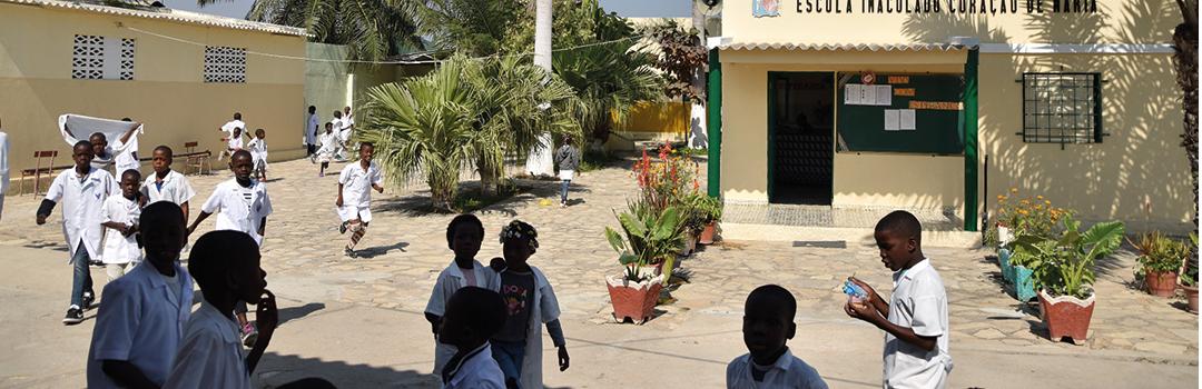niños en riesgo de exclusión social jugando en la escuela Inmaculado Corazón de María de Lobito en Ángola