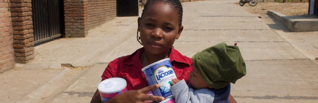 dos niños comiendo alimentación infantil