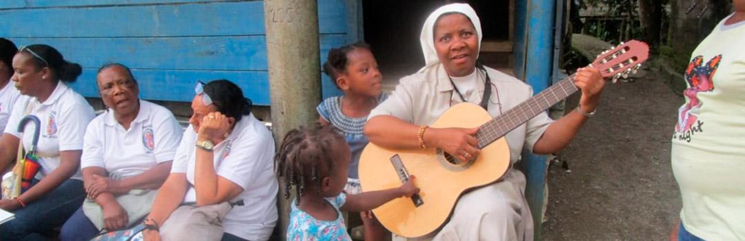 Niños jugando y ejerciendo su derecho a la educación