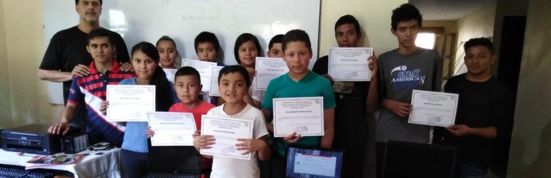 niños y niñas en proyecto de educación infantil para la dotación de ordenadores en Honduras