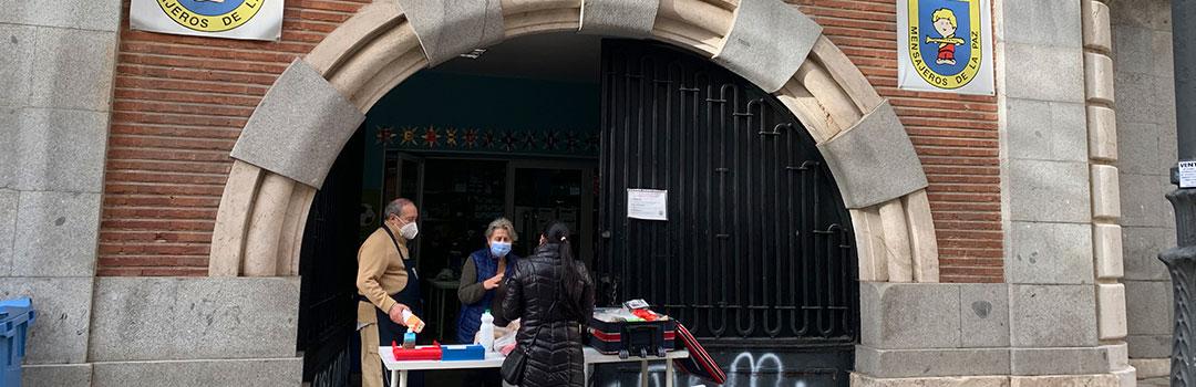 personas repartiendo alimentos en comedores sociales