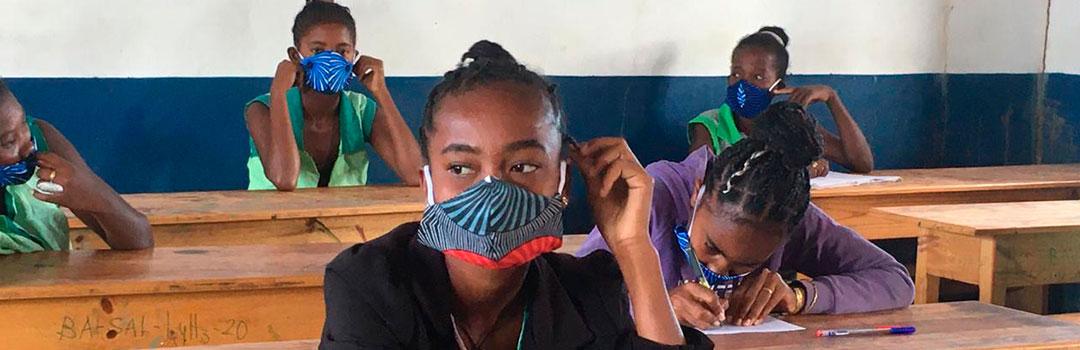 niña con mascarilla en aula ejerciendo su derecho a la educación