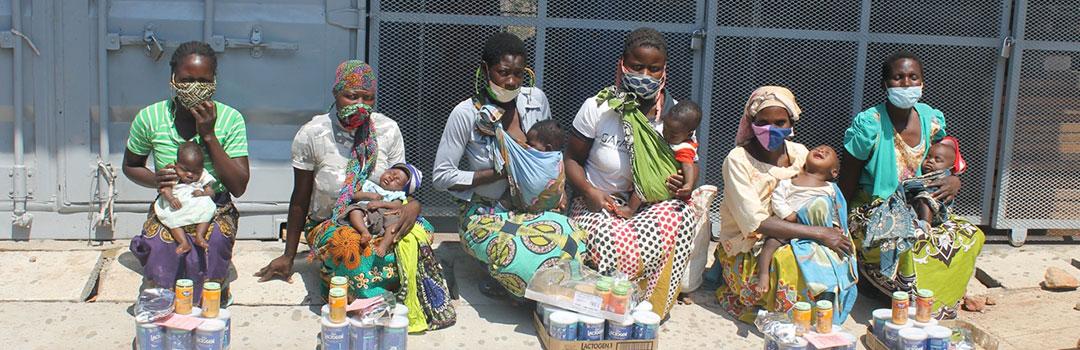 madres con bebés recibiendo leche maternizada en proyecto de nutrición infantil