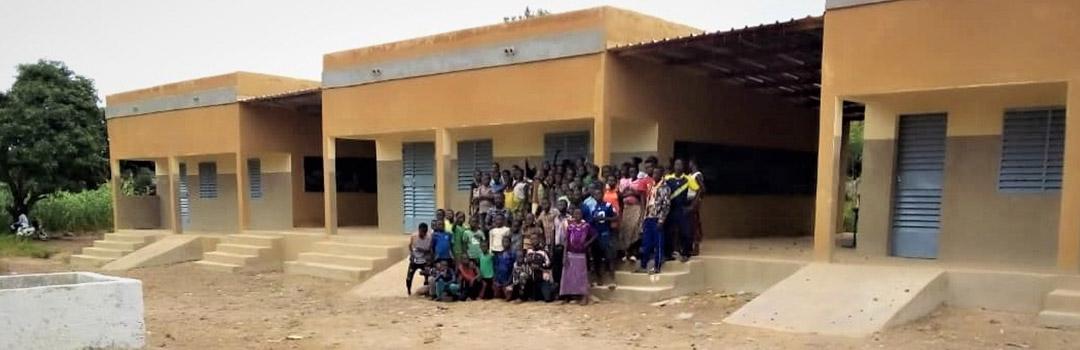 niños y profesores en la entrada de la escuela