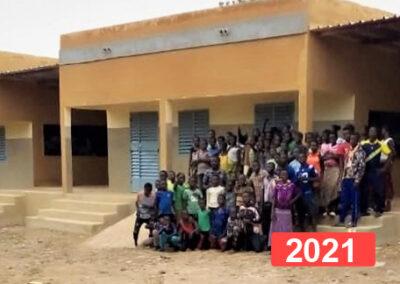 Construcción de un edificio de tres aulas y dos porches para una escuela de primaria
