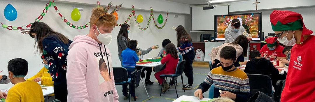 Niños y monitores en aula para la integración social en niños en Lugo, España