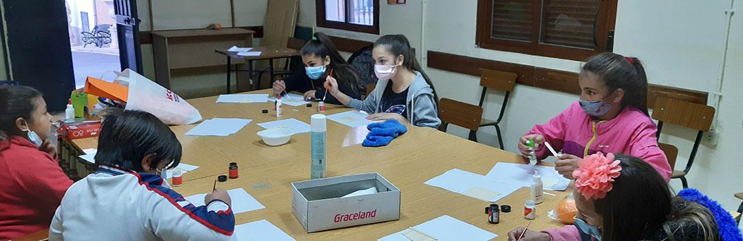 niñas y niños gitanos en aula de proyecto de ayuda social en Granada