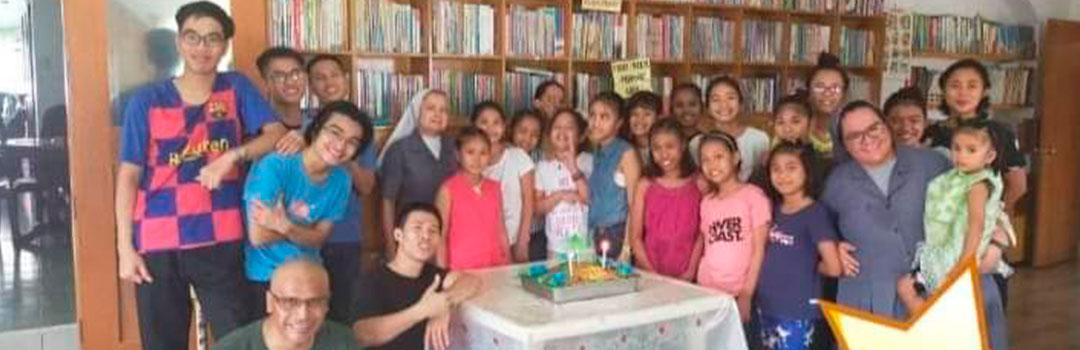 Muchas niñas en orfanato en Manila