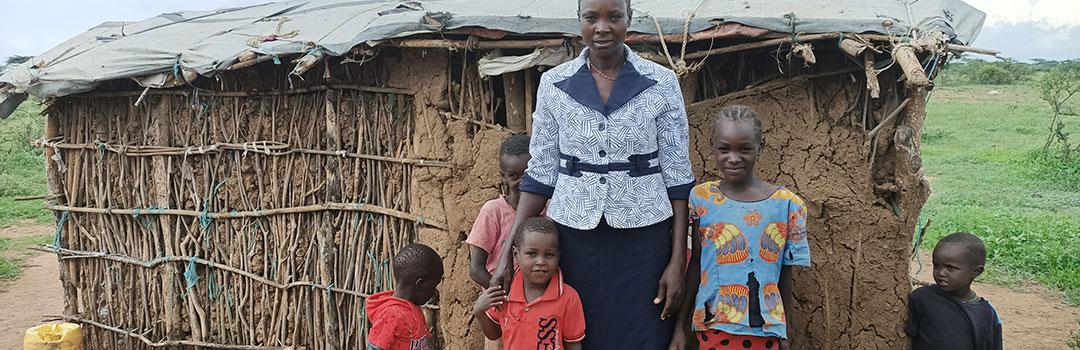 Madre con sus hijos en casa de barro en Ngaramara   Proyecto social