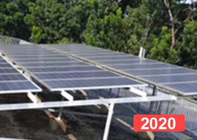 Instalación de paneles solares para producir electricidad en el colegio de Kerala, India.